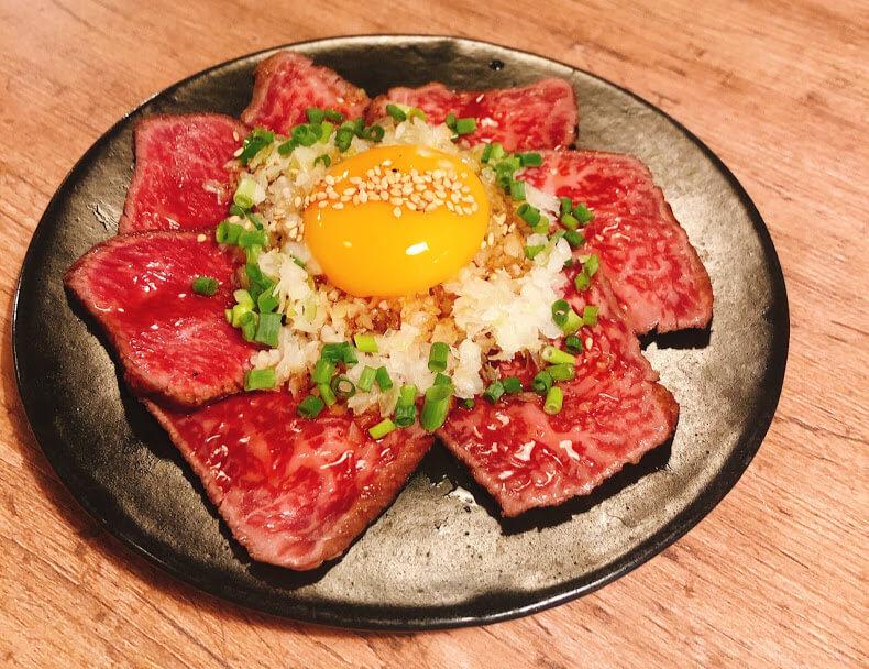 炙りレアステーキ ユッケ仕立て 980円